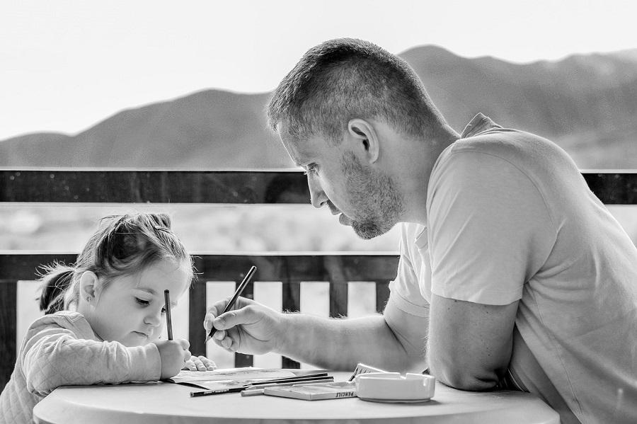 離婚後に子どもと面会する男性